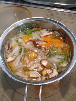 季節の野菜と天たつの蟹身入りカニみそ、そして鶏がらスープで煮込んでいきます