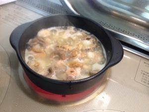 海老塩は最後のひと煮たちの前に入れるのがポイントです!甘えびのミソで作った海老塩からコク深い旨味がでて、海鮮アヒージョを引き立てますよ♪