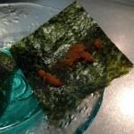 切り分けた焼き海苔の上に1g程度の越前仕立て汐雲丹(しおうに)を載せます。この汐雲丹の磯の香りがお酒の肴に最高です!