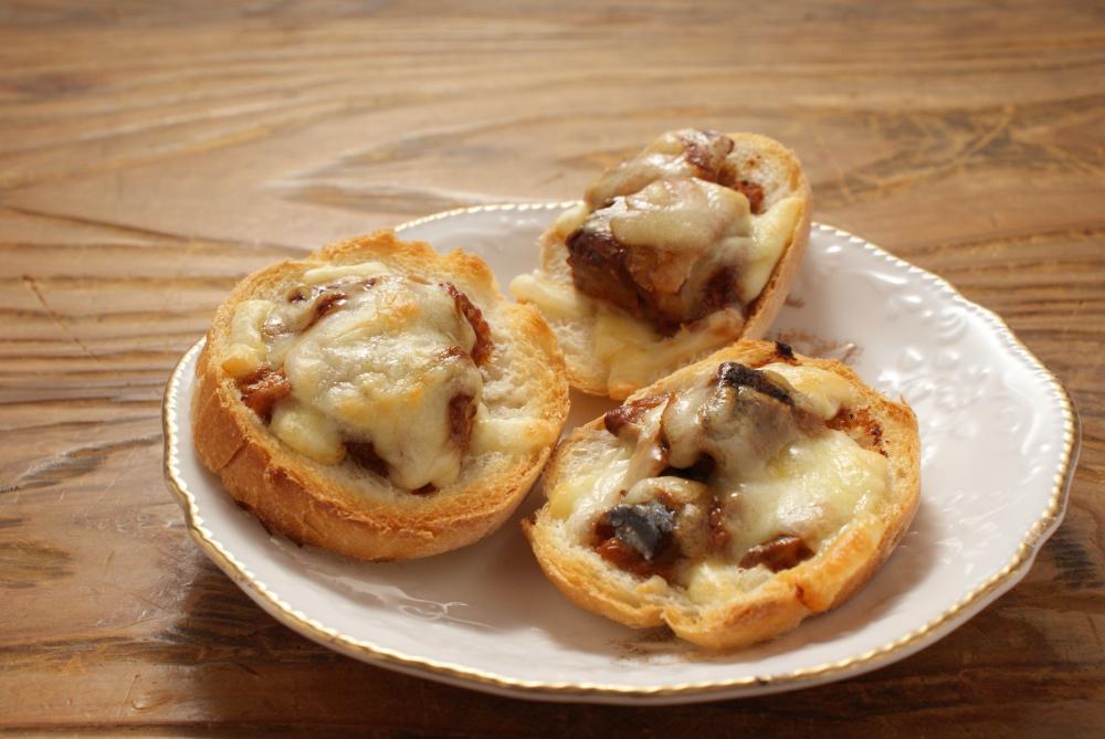 鯖味噌煮缶詰のチーズバゲットは、天たつのサバ味噌煮缶詰とチーズの相性が大変良く、ワイン、シャンパン、ビールなどに合わせていただくと美味です(^^